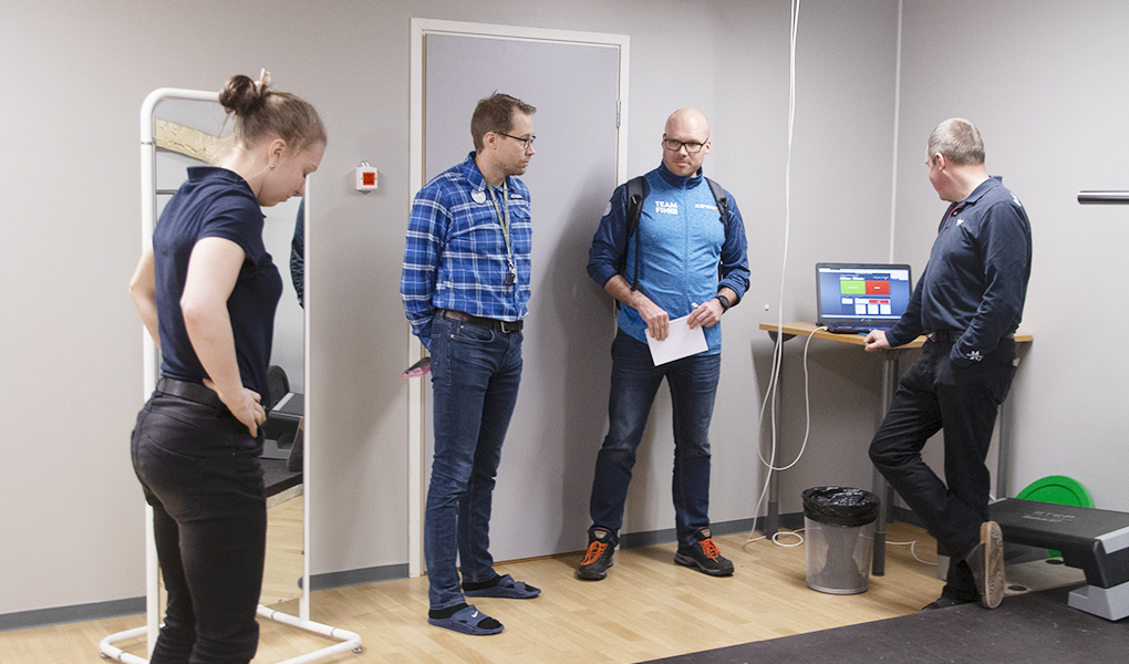 Petra Torvinen seisoo voimalevyllä, josta saadaan reaaliajassa dataa ponnistushetkestä.