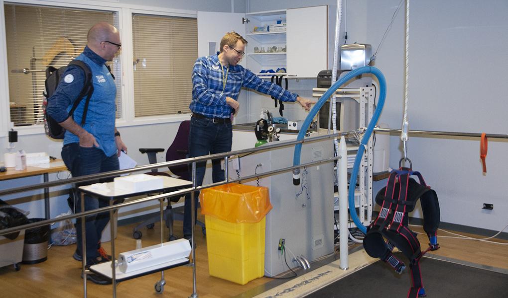 Olli Ohtonen esittelee laitteita Olympiavalmennuskeskus Vuokatti-Rukassa.