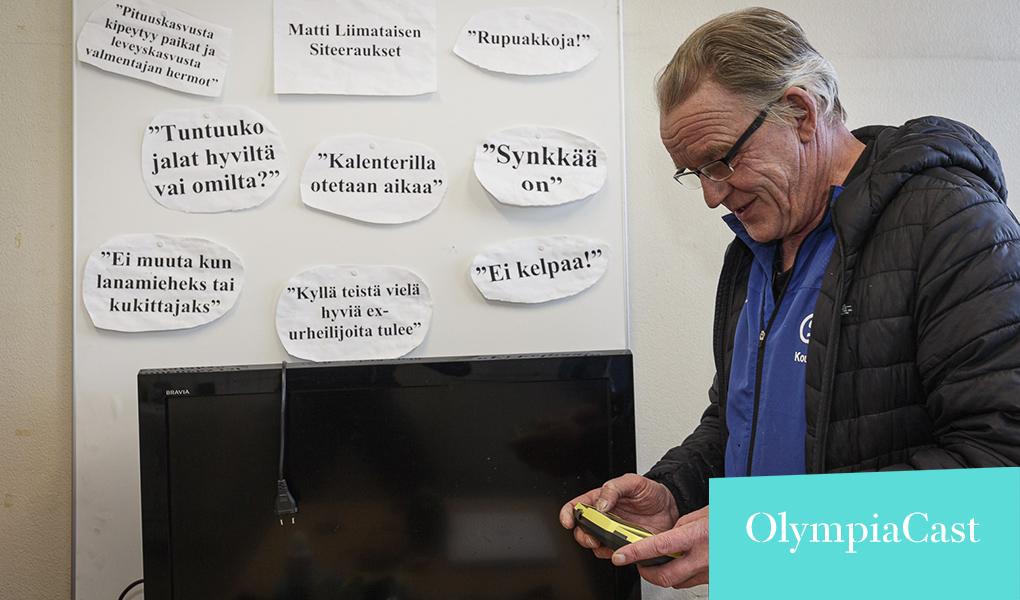 Kuvassa valmentaja Matti Liimatainen tutkailee kädessään olevaa pientä laitetta.