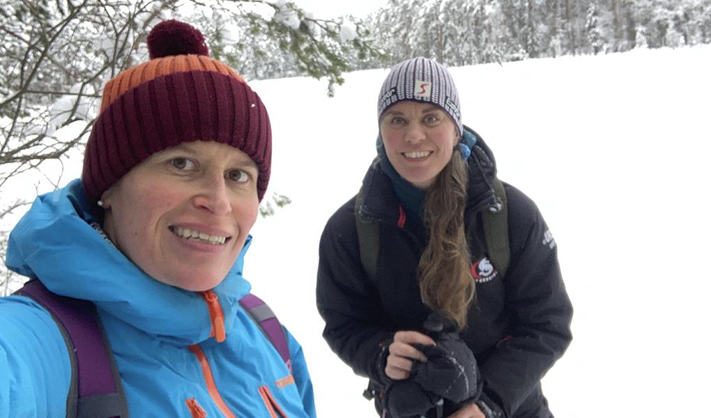 Kuvassa Meri Viljanen ja Kristiina Heinonen talvisessa maisemassa lumikenkäilemässä