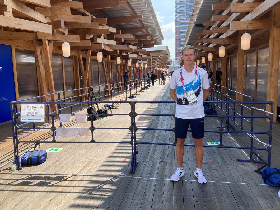 Topi Raitanen Tokion olympiakylässä.