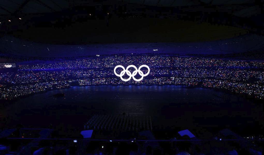 Olympiarenkaat hohtavat pimeässä. Kuva: Getty Images