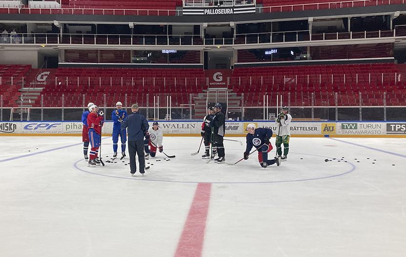 Turkulaiset NHL-pelaajat jäällä.