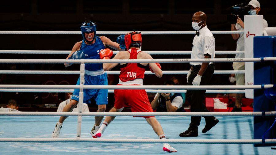 Mira Potkonen Tokion olympiakehässä Esra Yildizin kanssa.