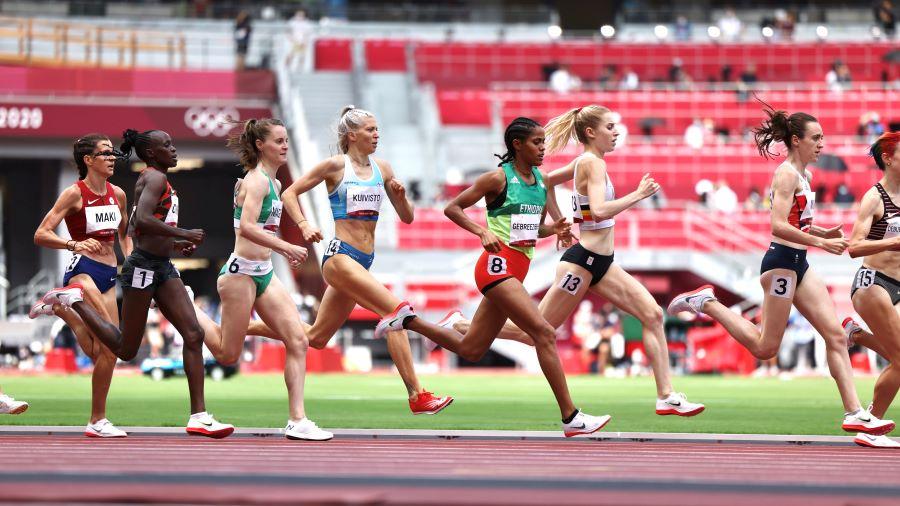 Sara Kuivisto juoksee 1 500 metrin olympia-alkuerässä.