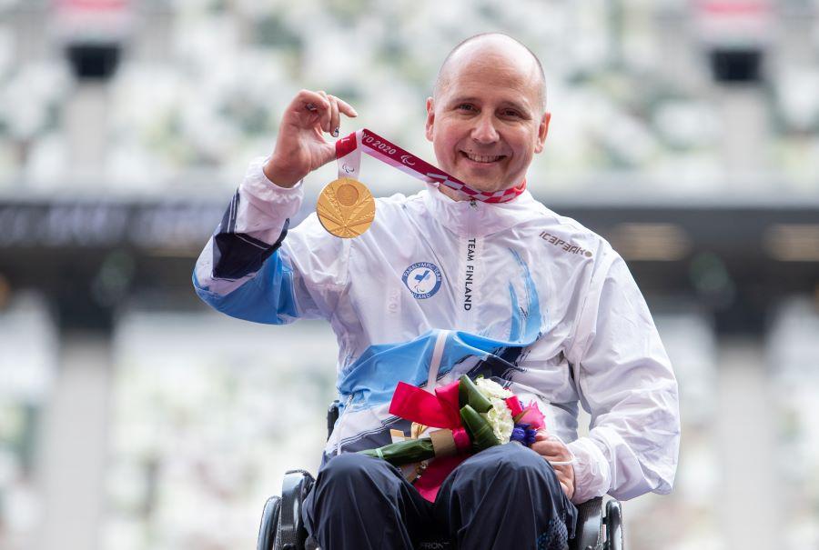 Toni Piispanen poseeraa paralympiakultamitali kaulassaan Tokiossa. Kuva: Harri Kapustamäki